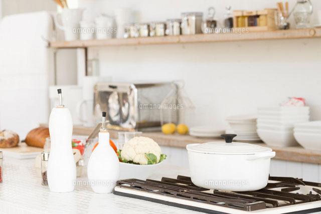 白い鍋が置いてあるキッチン (c)AID