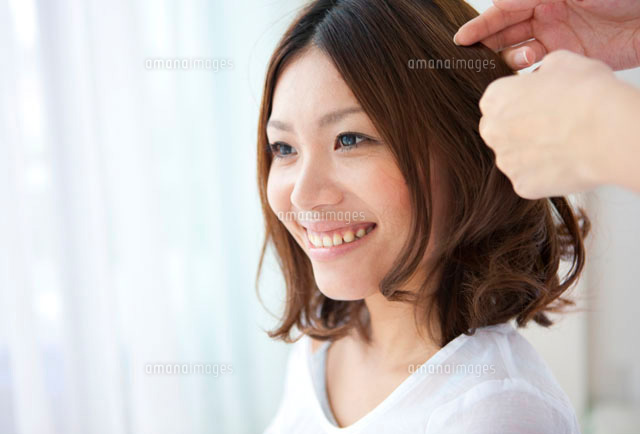 髪をセットしてもらう女性 (c)AID