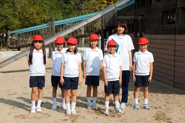 体操服姿の小学生と先生[0780001...