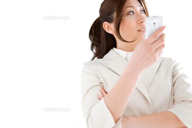 携帯電話を持っているビジネスウーマン (c)AID