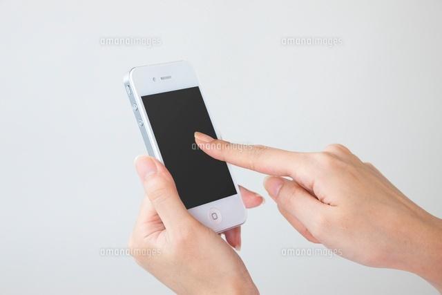 スマートフォンを操作する女性の手 (c)GYRO PHOTOGRAPHY/a.collectionRF