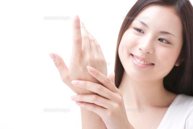 手のスキンケアをしている女性 (c)GYRO PHOTOGRAPHY/a.collectionRF