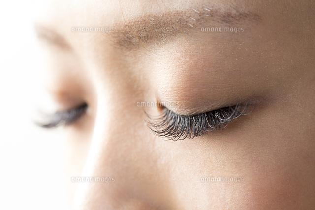 睫毛エクステーションをしている女性目元 (c)GYRO PHOTOGRAPHY/a.collectionRF