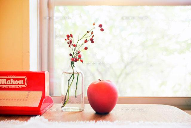 窓辺のリンゴと花瓶 (c)Doable/a.collectionRF