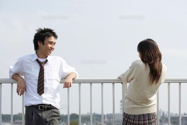 屋上で話をする男女の高校生 (c)doable/a.collectionRF