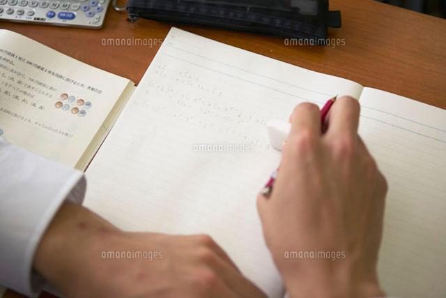 ノートに書く男子高校生の手 (c)doable/a.collectionRF