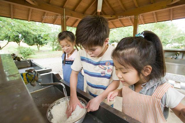お米を研ぐ子ども達 (c)Doable/a.collectionRF