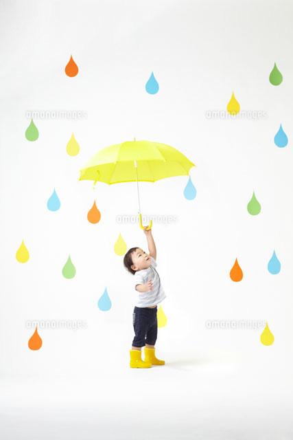 カラフルな雨のしずくバックで ...
