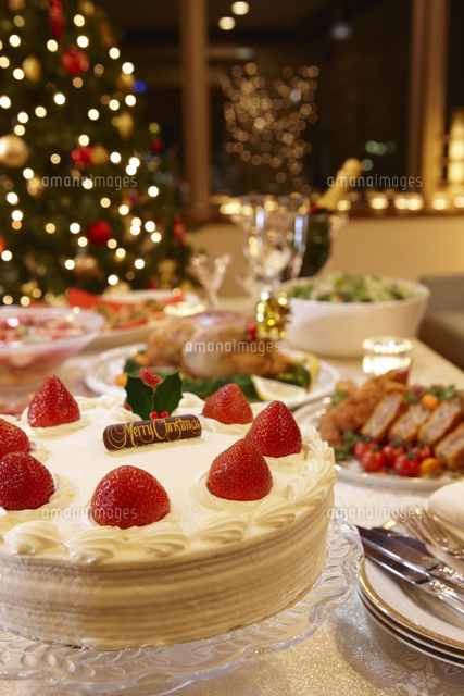 クリスマスパーティでテーブル並ぶクリスマスケーキと鶏の丸焼き (c)Doable/a.collectionRF