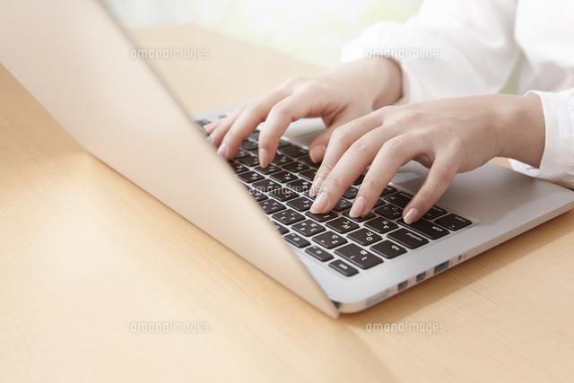 パソコンを打つ女性の手 (c)Doable/a.collectionRF