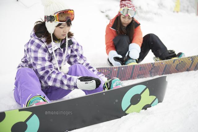 スノーボードを装着する雪山の女子 (c)Doable/a.collectionRF