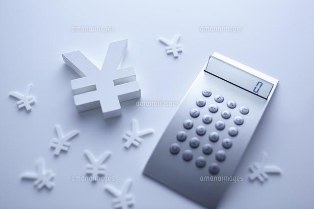 計算機と通貨マークの金融イメージ (c)Doable/a.collectionRF