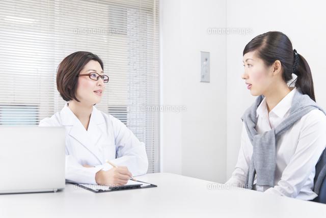 社内にてカウンセリングをする女性社員とカウンセラー (c)Doable/a.collectionRF