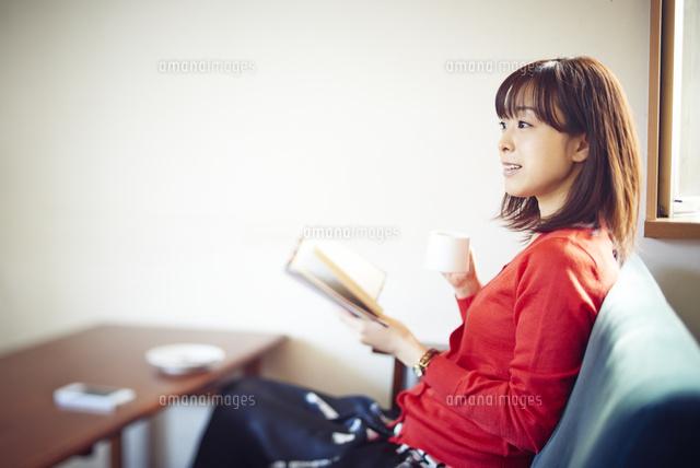 カフェにて本を読む女性 (c)Doable/a.collectionRF