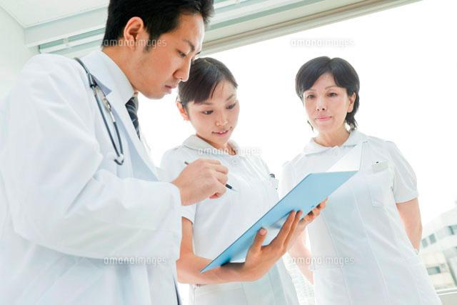医師と打合せする2人の看護師 (c)RYO/a.collectionRF