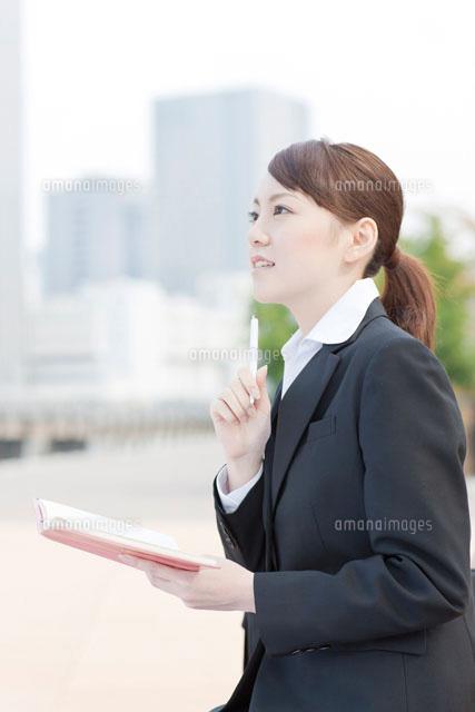 手帳を開く日本人女性 (c)RYO/a.collectionRF
