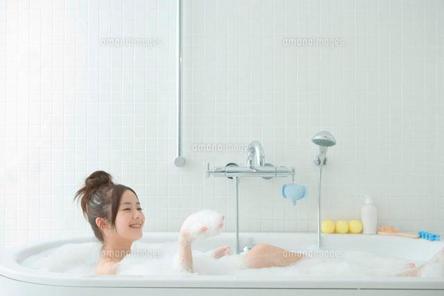 泡で満たされたバスタブにつかる20代女性 (c)absodels RF