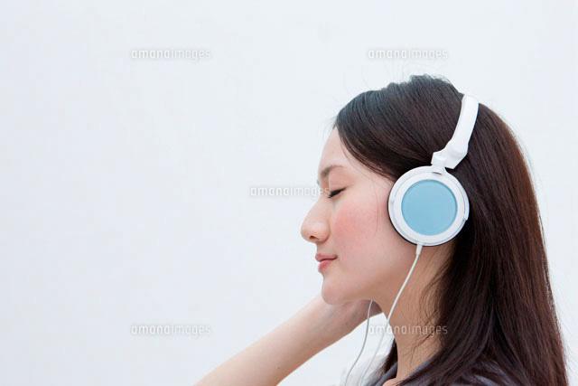 静かに音楽を聴く20代女性の横顔 (c)absodels RF
