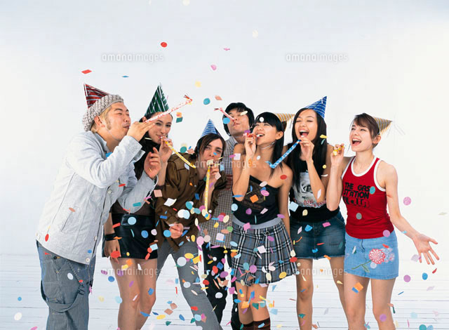 紙ふぶきと三角帽子をかぶった日本人と外国人の若者 (c)absodels RF