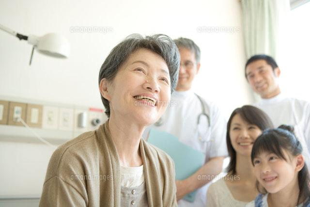 笑顔の年配患者と家族と医師 (c)absodels RF