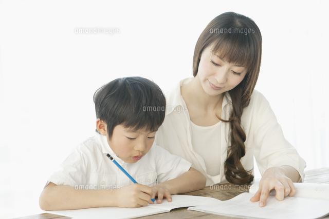 勉強を教える母親と子供 (c)absodels RF