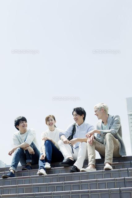 階段で会話する20代男女 (c)absodelsRF