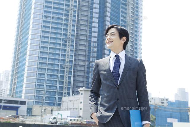 スーツ姿の20代の日本人男性 (c)absodels RF