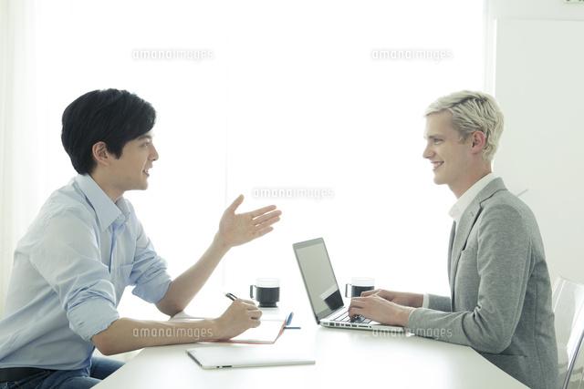 会話をする20代の日本人男性と外国人男性 (c)absodels RF