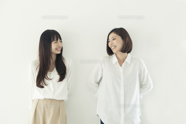 仲良く並んで微笑む20代女性2人 (c)absodels RF