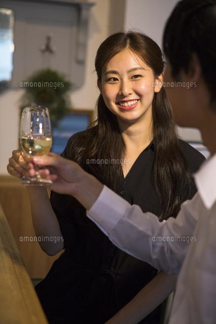 バーで飲む20代男女 (c)absodels RF