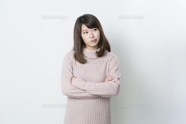 腕を組み怒る20代女性 (c)absodels RF