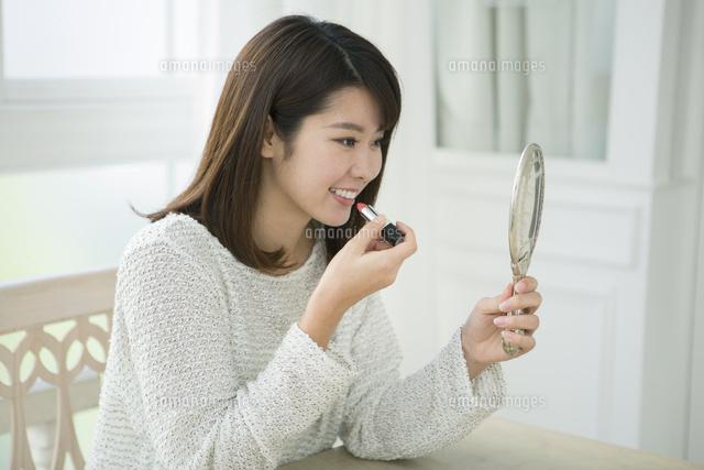 口紅を塗る20代女性 (c)absodels RF