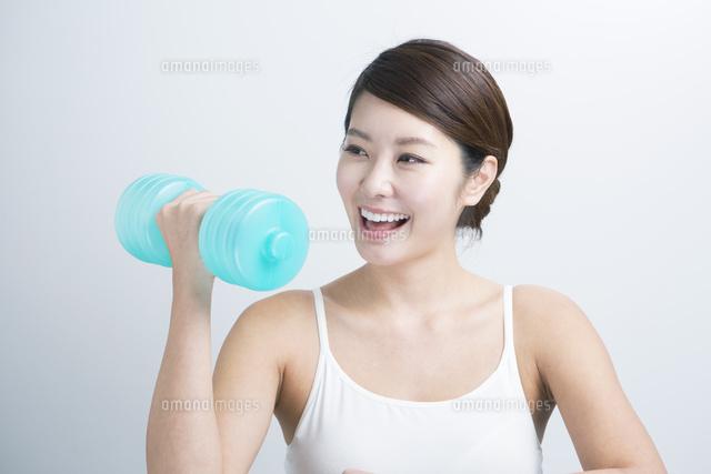 筋トレをする20代女性 (c)absodels RF
