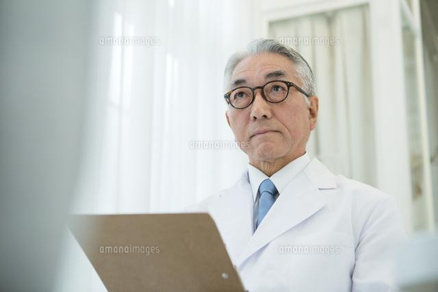 白衣を着た70代男性医師 (c)absodels RF