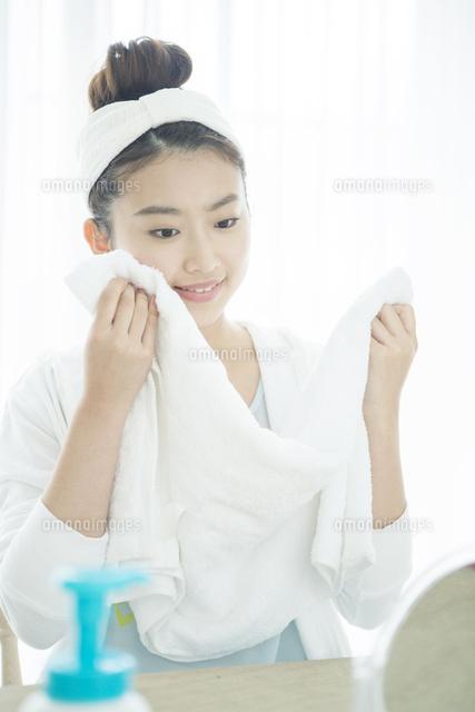 洗顔をする20代女性 (c)absodels RF