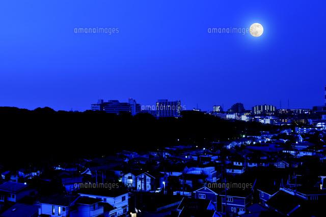 深夜の港北ニュータウンと満月 (c)PHOTOLIFE/a.collectionRF