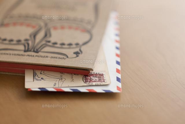 古い本に挟んだポストカードとエアメール (c)carafe/a.collectionRF