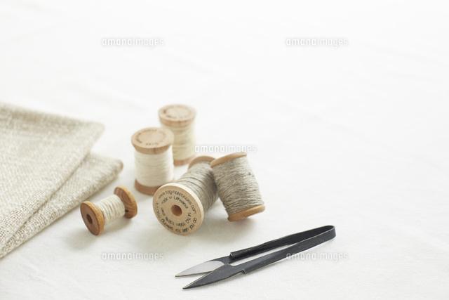 裁縫の糸とはさみと布 (c)IDC/a.collectionRF