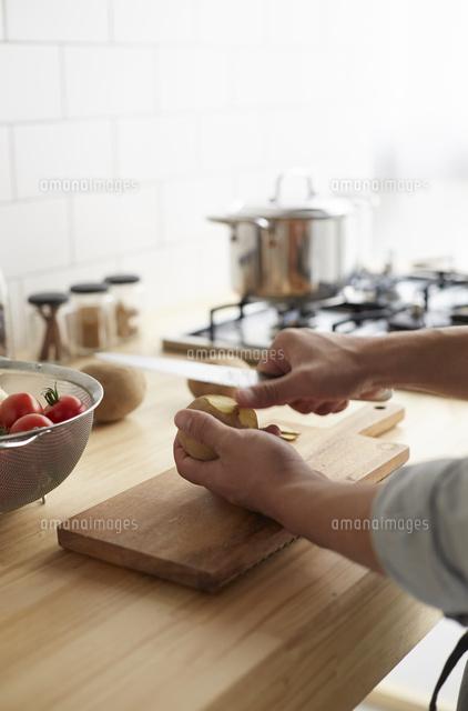 キッチンで料理をする男性 (c)IDC/a.collectionRF