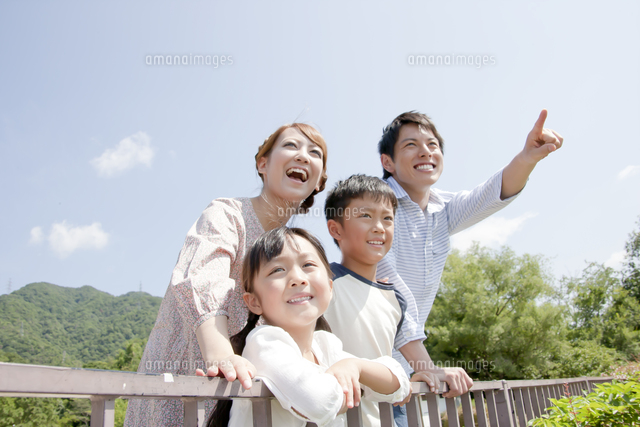 遠くを眺める4人家族 (c)PRESS AND ARTS/a.collectionRF