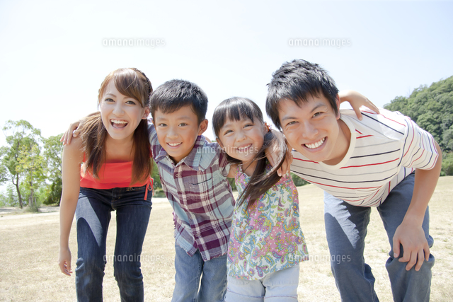 肩を組んで微笑む4人家族 (c)PRESS AND ARTS/a.collectionRF