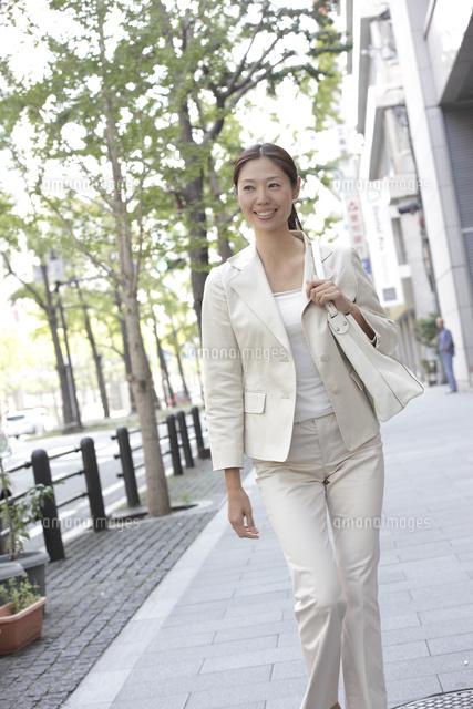 オフィス街を歩くビジネスウーマン (c)PRESS AND ARTS/a.collectionRF