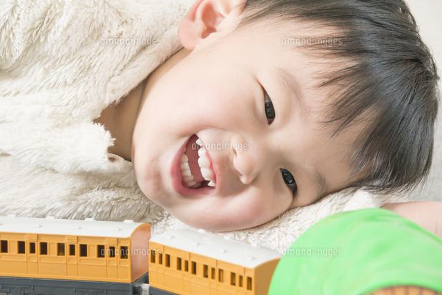 楽しそうにおもちゃの電車で遊ぶ男の子 (c)SHINZO HIRAI/a.collectionRF