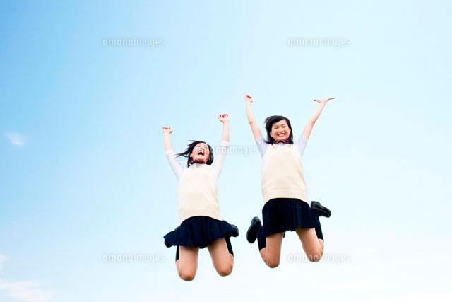 ジャンプする女子高校生二人 (c)Opus/a.collectionRF