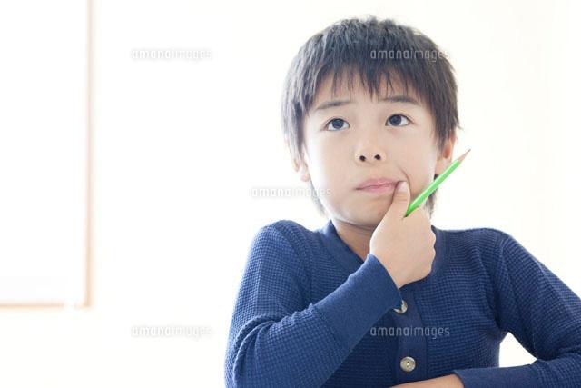 塾で勉強をする男の子 (c)Opus/a.collectionRF