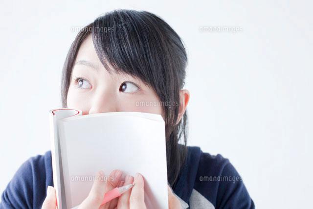 本で口を隠す女子高校生 (c)Opus/a.collectionRF