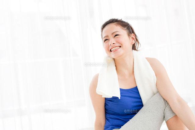 ストレッチをする笑顔の日本人女性 (c)Opus/a.collectionRF