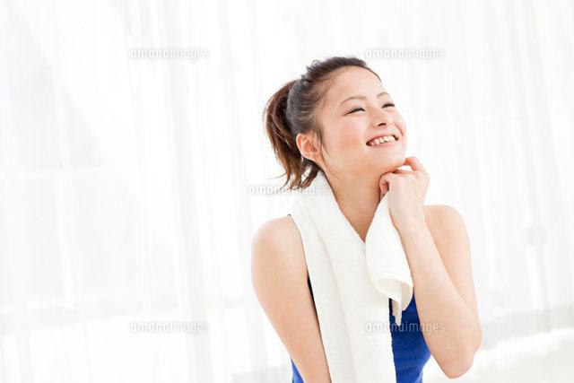 タオルで汗を拭く日本人女性 (c)Opus/a.collectionRF