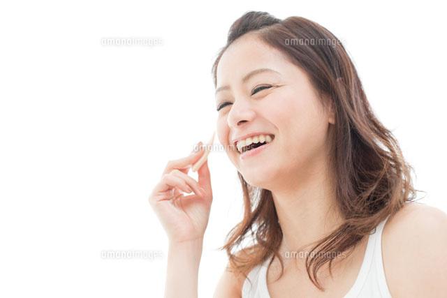 メイクをする笑顔の女性 (c)Opus/a.collectionRF