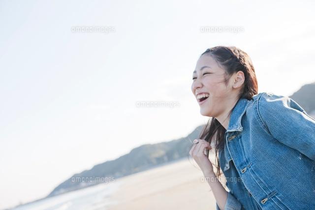 浜辺ではしゃぐ笑顔の女性 (c)Opus/a.collectionRF